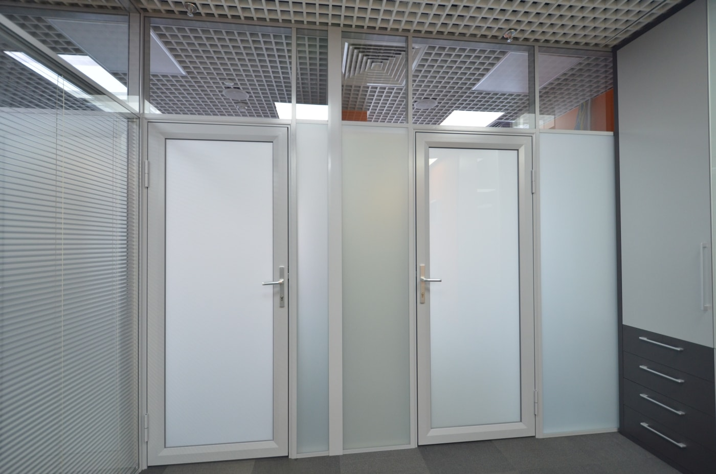 Двери в офисных перегородках